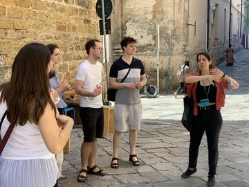 Tour de bienvenida gratuito con un local relajado (máximo 20 por grupo)